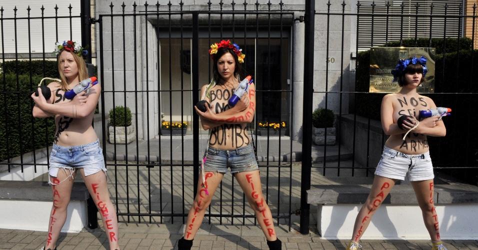 29.ago.2013 - Ativistas do Femen protestam em frente à Embaixada da Ucrânia em Bruxelas, na Bélgica, contra a repressão política contra membros do grupo na Ucrânia. O grupo, conhecido por seus protestos políticos de topless, está enfrentando uma investigação criminal por posse de armas ilegais após a polícia revistar seus escritórios no centro de Kiev na terça-feira (27)