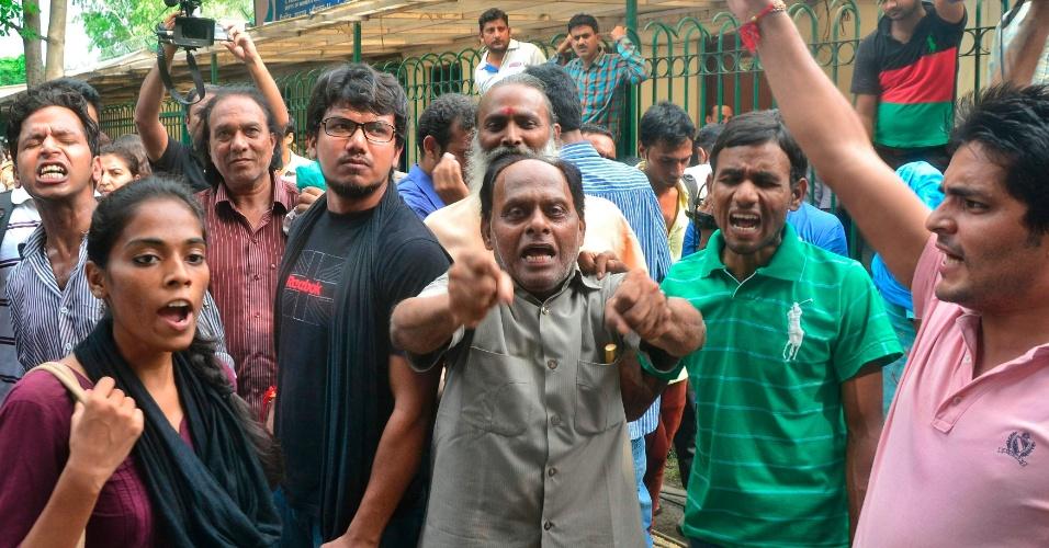 Indianos aguardam julgamento de adolescente que foi acusado de participar de um estupro coletivo em dezembro. O jovem foi condenado a neste sábado (31) a três anos de detenção em uma instituição para menores