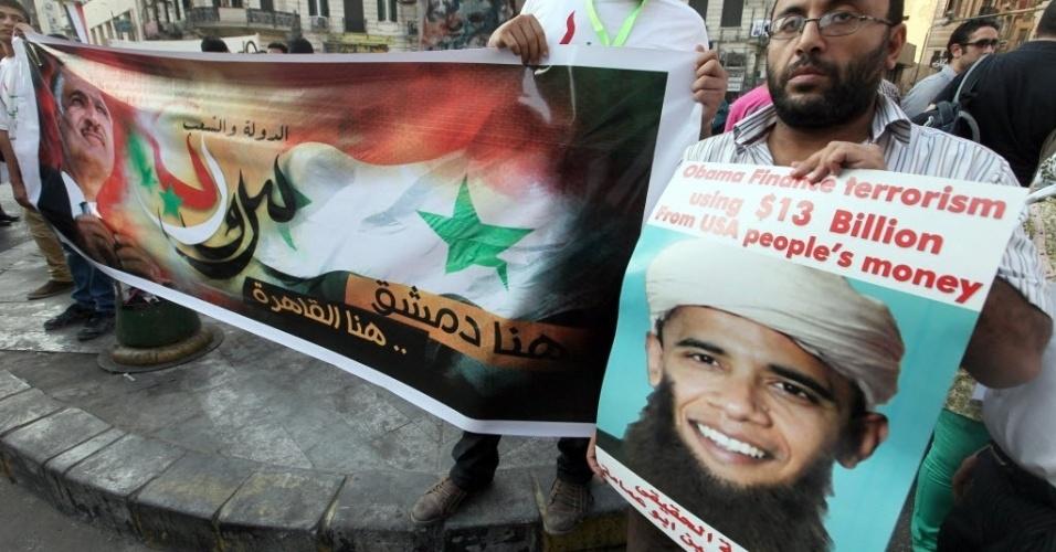 Manifestantes egípcios gritam palavras de ordem contra o governo dos Estados Unidos pouco antes de uma reunião entre ministros árabes do Exterior, no Cairo. O foco do encontro é discutir a crise na Síria após o secretário de Estado dos EUA, John Kerry, ter dito que uma intervenção da Síria não dependerá de aprovação no Congresso Nacional