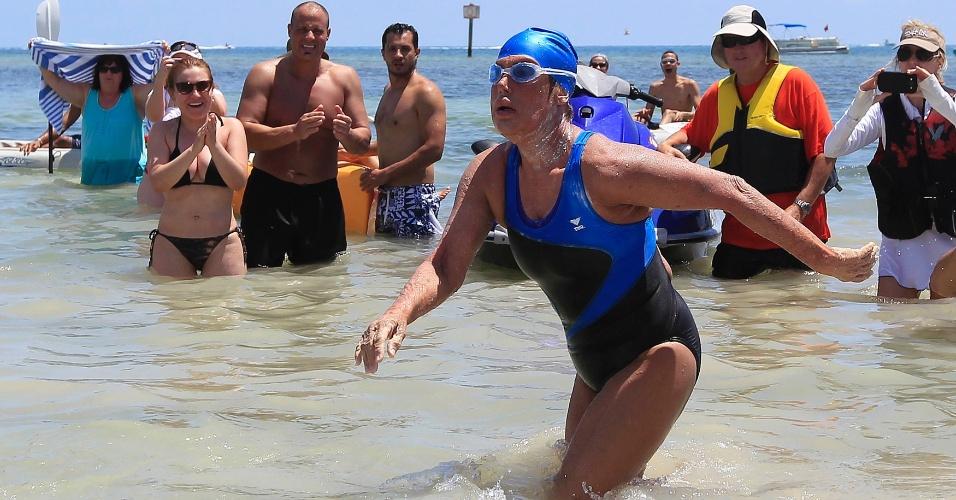 2.set.2013 - Depois de nadar cerca de 53 horas, a americana Diana Nyad, 64, completou seu trajeto histórico de Havana, Cuba, até Key West, na Flórida. Nyad tornou-se a primeira pessoa a nadar de Cuba para os EUA sem uma jaula de tubarão. A nadadora havia tentando outras quatro vezes completar esse trajeto, uma em 1978, duas vezes em 2011 e outra em 2012