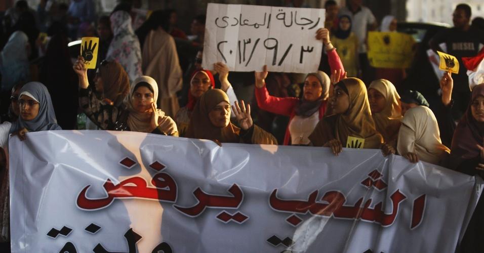 3.set.2013 - Membros da Irmandade Muçulmana e apoiadores do presidente egípcio deposto Mohammed Mursi protestam contra o Ministério Militar e do Interior, em Maadi, no egito. Um tribunal militar da cidade de Suez, no Egito, condenou nesta terça-feira (3) à prisão perpétua 11 supostos membros da Irmandade Muçulmana, enquanto outros 45 pegaram penas de cinco anos de cadeia. Os integrantes do grupo são acusados de cometer atos de violência durante os protestos de agosto