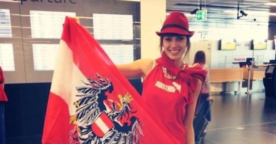 3.set.2013 - Miss Mundo Áustria 2013 mostra bandeira de seu país com orgulho no aeroporto. A bela está a caminho da Indonésia, país sede do Miss Mundo 2013. As candidatas ficam quase um mês participando do certame, que terá sua final no dia 28 de setembro