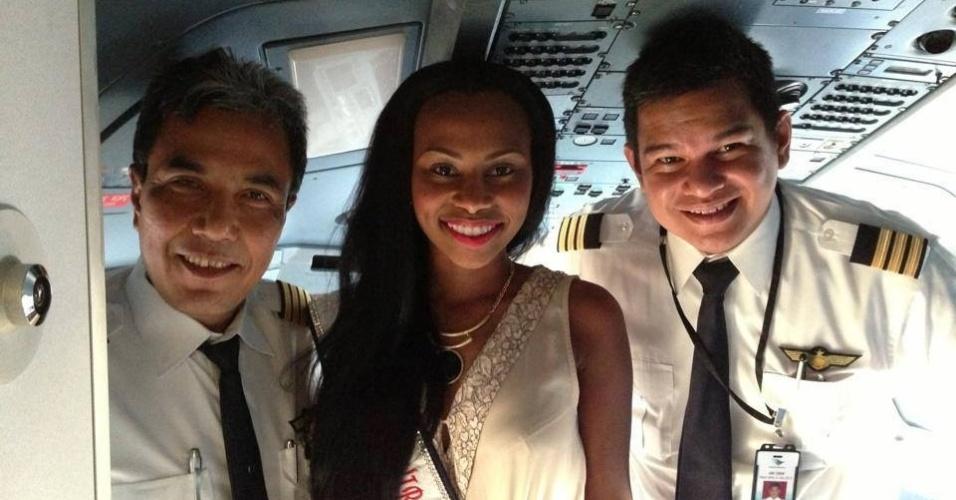 3.set.2013 - Miss Mundo Ilhas Virgens Britânicas conhece o piloto do avião que a está levando até a Indonésia, país sede do Miss Mundo 2013. As candidatas ficam quase um mês participando do certame, que terá sua final no dia 28 de setembro