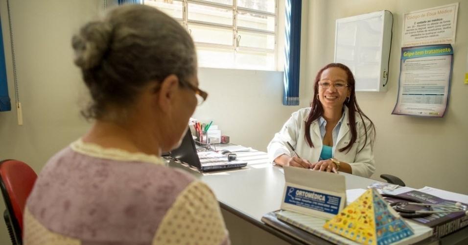 A médica cubana Ivonne Sanchez atende paciente, em posto de saúde na cidade de Cordeirópolis, interior de São Paulo. Ela veio para o Brasil em 1997 para ajudar implantar o Programa Saúde da Família, em Araras.