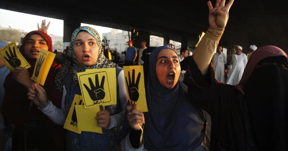 Partidários do presidente deposto do Egito, Mohammed Mursi, protestam no Cairo. Um tribunal militar condenou nesta terça-feira (3) à prisão perpétua 11 supostos membros da Irmandade Muçulmana, enquanto outros 45 pegaram penas de cinco anos de cadeia