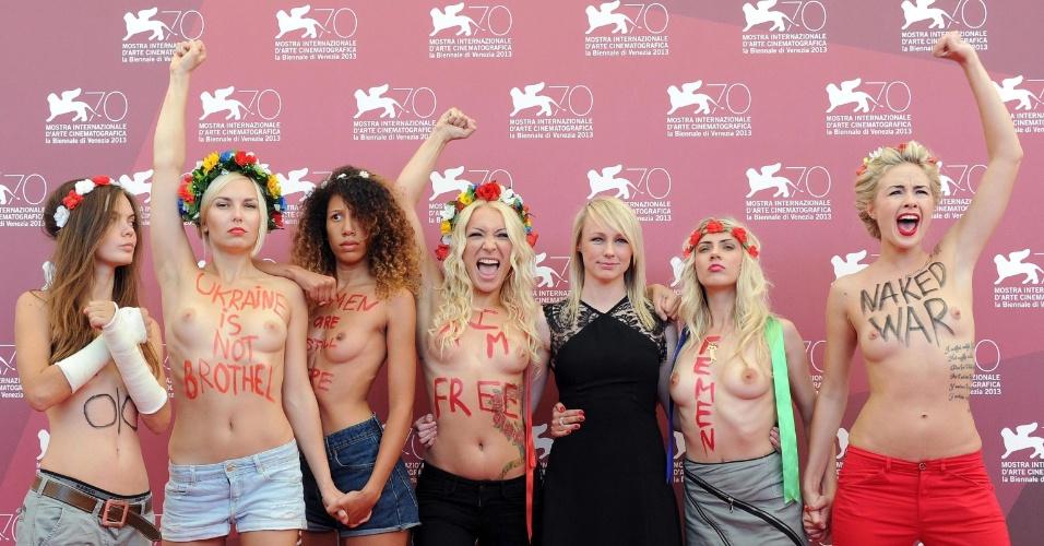 4.set.2013 - A cineasta australiana Kitty Green (terceira à direita) posa com ativistas do grupo feminista Femen durante apresentação do documentário