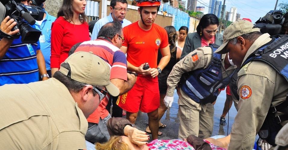 4.set.2013 - Após resgate, idosa que estava em bairro ilhado pelas chuvas recebe os primeiros socorros. Há resgistro de pessoas feridas sem gravidade, informou a Defesa Civil