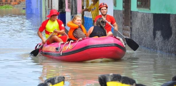 Moradores ilhados em bairros atingidos pelas chuvas em João Pessoa são resgatadas pelos bombeiros