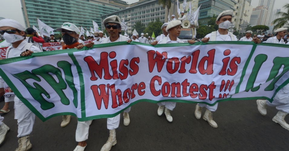 4.set.2013 - Muçulmanos da Indonésia carregam cartaz onde se lê