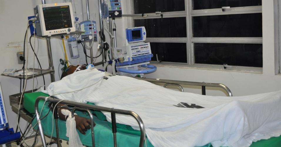 4.set.2013 - O homem está em estado grave no HR (Hospital da Restauração), no bairro do Derby, Centro do Recife