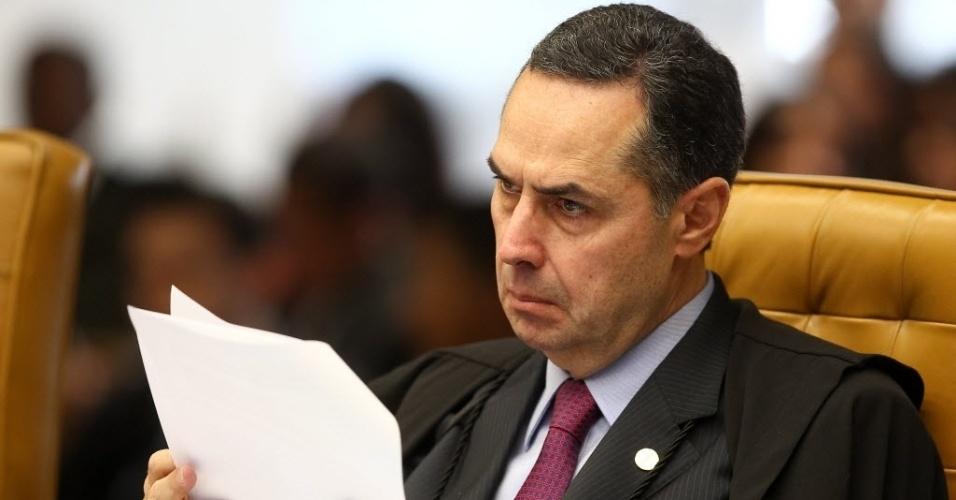4.set.2013 - O ministro do STF (Supremo Tribunal Federal) Luís Roberto Barroso atenta às apresentações durante retomada do julgamento dos embargos de declaração dos réus da ação penal 470, conhecida como mensalão, nesta quarta-feira (4)