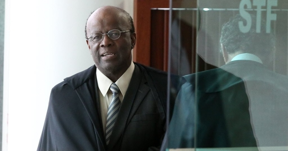 4.set.2013 - O presidente do STF (Supremo Tribunal Federal), ministro Joaquim Barbosa, chega nesta quarta-feira (4) à sessão de análise dos embargos de declaração dos réus da ação penal 470, conhecida como mensalão