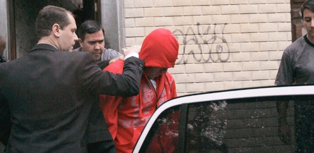 """Polícia Civil do Rio apreende um menor de idade em casa, em Pilares, na zona norte. O jovem é investigado por envolvimento com o grupo anarquista """"Black Bloc"""""""