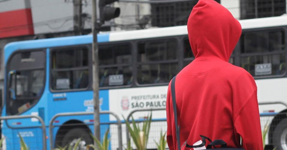 4.set.2013 - Defesa Civil colocou a cidade de São Paulo em estado de atenção nesta quarta-feira (4) por causa do frio. Por volta das 18h30, as temperaturas estavam entre os 11,9ºC (zona sul, onde foi tirada a foto acima) e os 14,6ºC (zona leste). Segundo o CGE (Centro de Gerenciamento de Emergência), a sensação térmica era de 2ºC a 5ºC menor do que a temperatura real devido ao vento