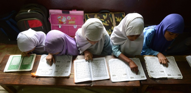 Meninas muçulmanas recitam o Alcorão em sala de aula de uma escola religiosa em Hyderabad (Índia)