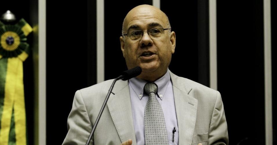 """04-set-2013: O médico cubano Carlos Rafael Jorge Jiménez fala contra o governo de Cuba durante sessão temática realizada, no plenário da Câmara dos Deputados, para debater o programa """"Mais Médicos""""."""