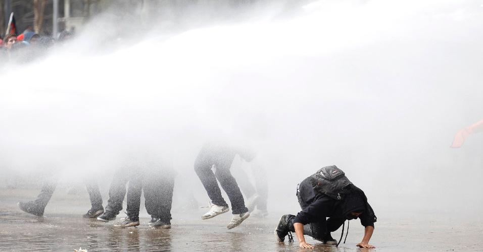 5.set.2013 - Manifestantes chilenos participam de protesto, em Santiago, e pedem uma profunda reforma educacional no país. Os estudantes também pedem o fim de outros legados da ditadura de Augusto Pinochet - a manifestação acontece a menos de uma semana da celebração dos 40 anos do golpe de Estado que instaurou a ditadura no país. O protesto reuniu, segundo a Confederação de Estudantes do Chile, 80.000 pessoas, enquanto a Polícia contabilizou 25.000 manifestantes. Houve confronto entre manifestantes e policiais