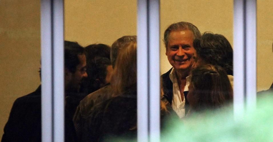 5.set.2013 - O ex-ministro da Casa Civil José Dirceu, um dos condenados no julgamento do mensalão, aparece no salão de festas do prédio onde mora na Vila Mariana, zona sul de São Paulo, nesta quinta-feira (5), de onde acompanhou a sessão do STF (Supremo Tribunal Federal), ao lado de amigos