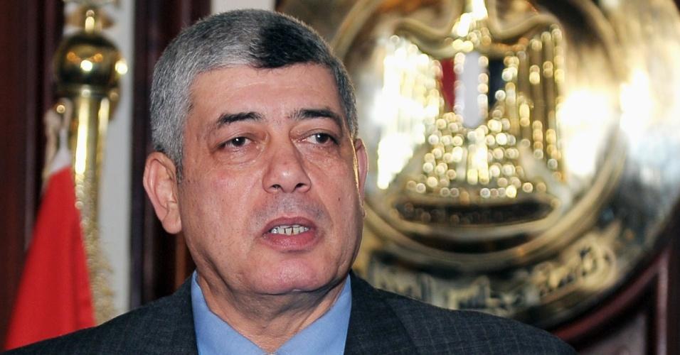 5.set.2013 - O ministro do Interior egípcio, Mohammed Ibrahim, fala à imprensa no Cairo em foto de 5 de janeiro. Ele saiu ileso nesta quinta-feira (5) de um atentado com carro-bomba na cidade contra o comboio em que viajava de sua casa para o escritório, informou a agência oficial de notícias egípcia