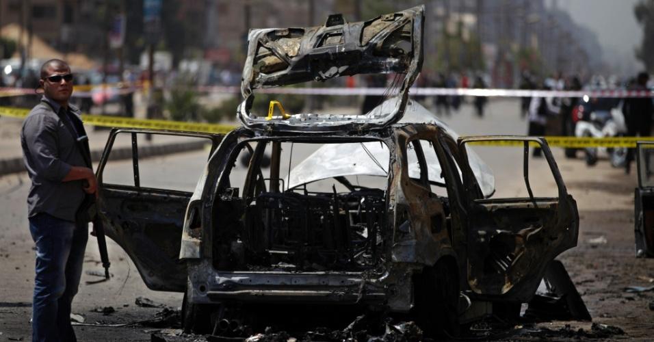 5.set.2013 - O prédio do qual o artefato foi arremessado já foi identificado, e a área foi isolada. O atentado aconteceu no bairro residencial de Cidade Nasser, onde mora o ministro