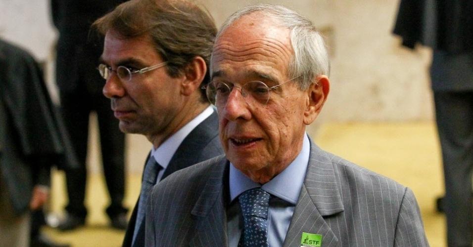 5.set.2013 - Os advogados Marcio Thomaz Bastos (centro), dos réus do banco rural e Jose Luís Oliveira, do réu Jose Dirceu acompanham a sessão do STF (Supremo Tribunal Federal) desta quinta-feira (5)