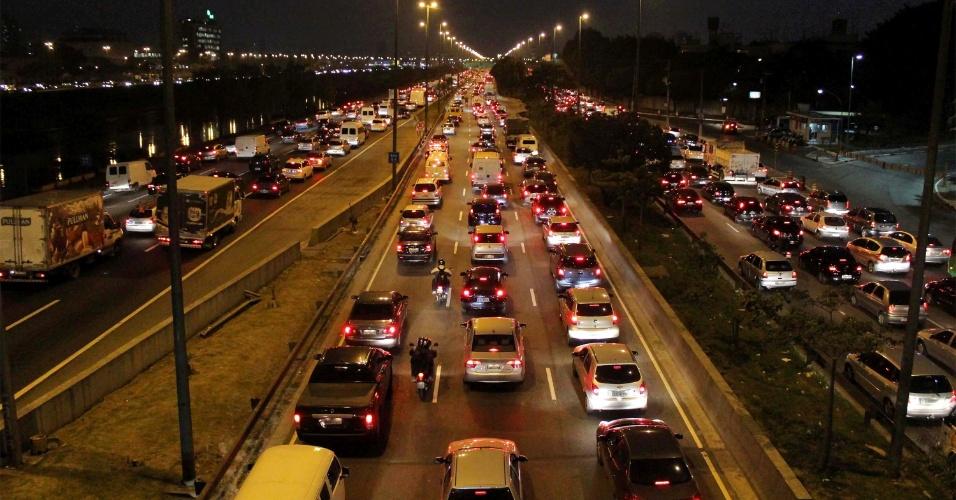 6.set.2013 - A capital paulista registrava 217 km de lentidão por volta das 19h desta sexta-feira (6), segundo a CET (Companhia de Engenharia de Tráfego). O índice é considerado acima da média para horário, que varia de 148 a 198 km. A imagem mostra a movimentação de carros na marginal do rio Tietê, altura da ponte do Piqueri em São Paulo