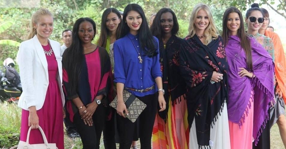 6.set.2013 - A Miss Mundo 2012, Wenxia Yu, chegou a Indonésia e levou um pequeno grupo de candidatas para visitar Tanah Lot, assistir um belo pôr do Sol e visitar o mercado de rua local para conhecer alguns indonésios. As 123 beldades já estão no país para o concurso, cuja final acontece no dia 28 de setembro