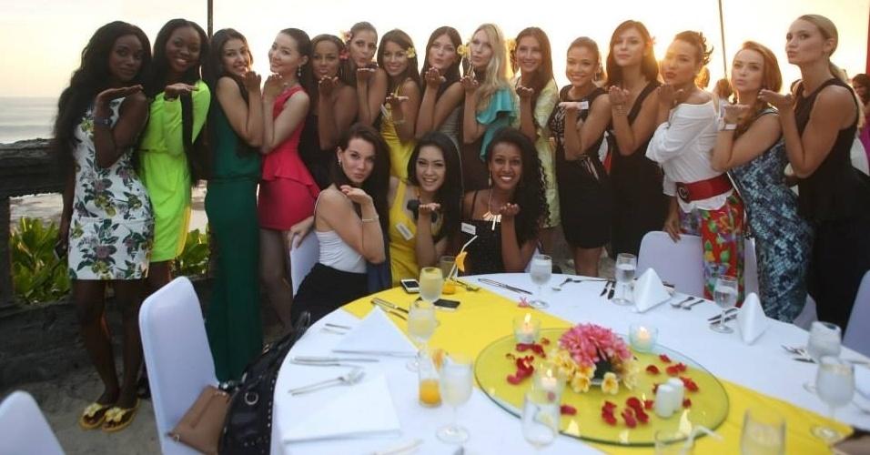 6.set.2013 - Ai, que loucura! É muita beleza numa foto só. Candidatas a Miss Mundo 2013 mandam beijos para a câmera. As 123 participantes já estão na Indonésia. A final do concurso acontece no dia 28 de setembro