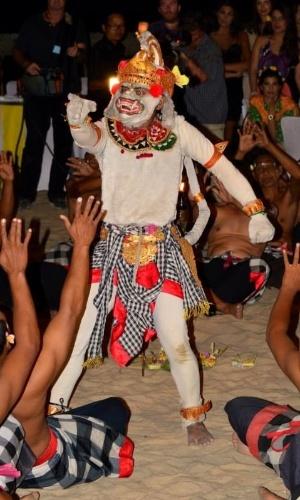 6.set.2013 - As candidatas a Miss Mundo 2013 participaram de um jantar ao pôr do Sol ao lado da praia, em Bali, com uma exibição de dança tradicional balinesa para completar a noite. As 123 beldades já estão na Indonésia para o concurso, cuja final acontece no dia 28 de setembro