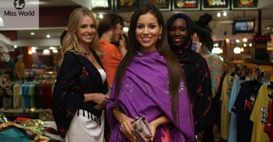 6.set.2013 - Durante visita a Tanah Lot, junto a um pequeno grupo de candidatas, a Miss Mundo Brasil 2013, Sancler Frantz (loira), e outras belas posam para foto. As 123 beldades já estão na Indonésia para o concurso, cuja final acontece no dia 28 de setembro
