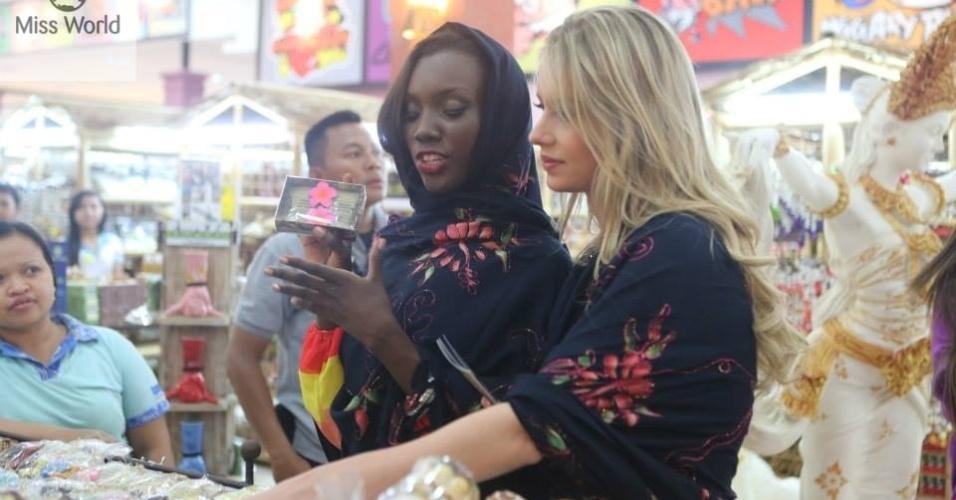 6.set.2013 - Durante visita a Tanah Lot, junto a um pequeno grupo de candidatas, a Miss Mundo Brasil 2013, Sancler Frantz (loira), visita mercado de rua local para conhecer produtos típicos da Indonésia. As 123 beldades já estão no país para o concurso, cuja final acontece no dia 28 de setembro