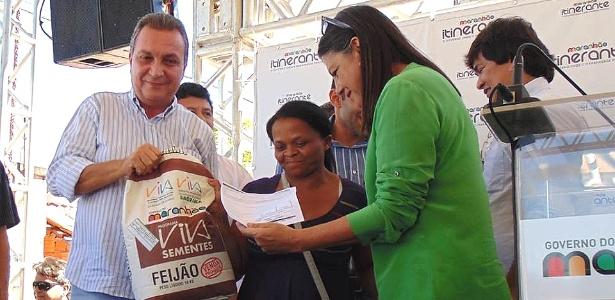 Luís Fernando Silva (PMDB) (à esq.) entrega sementes em evento, ao lado da governadora Roseana Sarney, que aposta em Silva como seu sucessor