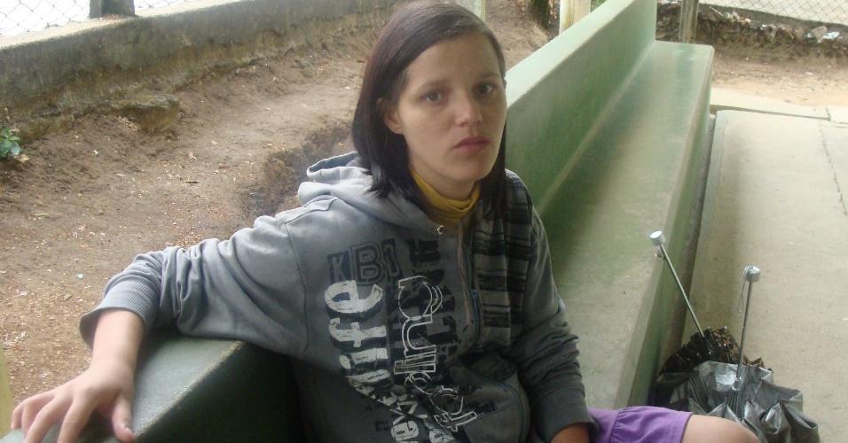 """Em Contagem (MG), a dona de casa Letícia Lercina Alves da Silva, 25, aguardava para fazer exame de pré-natal aos seis meses de gravidez. """"Nunca tem médico aqui. A gente faz pré-natal com enfermeira. Ultimamente, as consultas eram feitas com enfermeiros"""", relatou. Após ser alertada sobre a chegada de mais uma médica, a paciente se mostrou esperançosa: """"Tenho fé que vai melhorar. Eu sou brasileira e a esperança é a única coisa que nós temos de bom"""""""