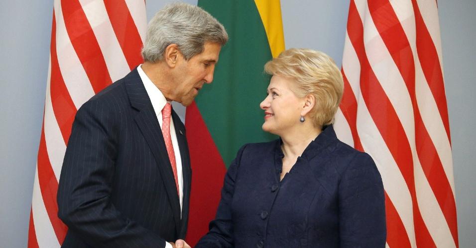 7.set.2013 - A presidente da Lituânia, Dalia Grybauskaite, cumprimenta o secretário de Estado americano, John Kerry, em Vilnius (Lituânia)