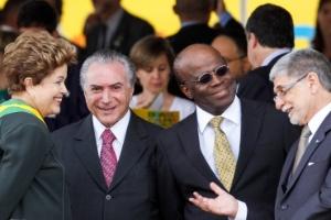 A presidente Dilma Rousseff conversa com o vice-presidente, Michel Temer (primeiro à esq.) e o presidente do STF (Supremo Tribunal Federal), Joaquim Barbosa, em setembro de 2013
