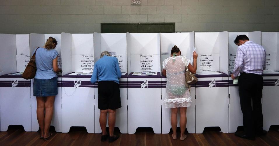 7.set.2013 - Eleitores australianos depositam votos em urnas em colégio eleitoral de Sydney