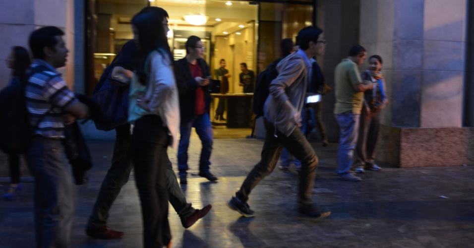 7.set.2013 - Funcionários evacuam escritórios na Cidade da Guatemala quando um terremoto de magnitude 6,5 na escala Richter (considerado de forte intensidade) sacudiu edifícios e causou pânico nos guatemalos