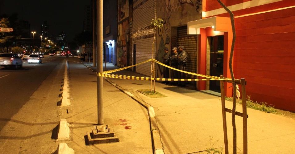 7.set.2013 - Homem é baleado na avenida Vergueiro, próximo da estação de metrô Ana Rosa, em São Paulo (SP), nesta sexta-feira (6). Não há informações sobre o motivo do crime. A vítima foi levada para o pronto-socorro e o caso foi encaminhado para o 5º Distrito Policial