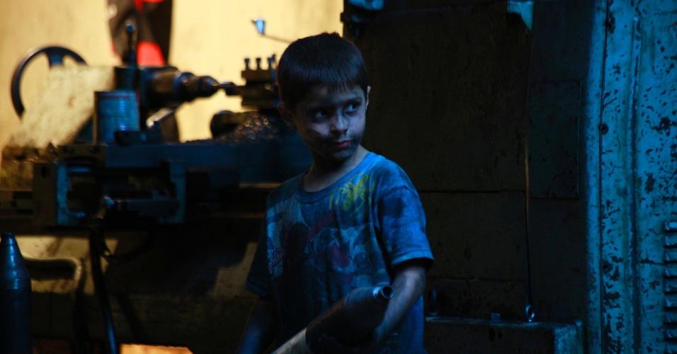 7.set.2013 - Issa, 10, carrega um morteiro em uma fábrica de armas do Exército Livre da Síria em Aleppo. Issa trabalha com o pai na fábrica por 10 horas todos os dias, exceto às sextas-feiras