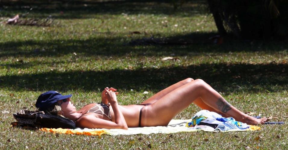 7.set.2013 - Mulher toma sol de biquíni no parque do Ibirapuera em São Paulo em dia quente de inverno. A primavera só começa em 23 de setembro