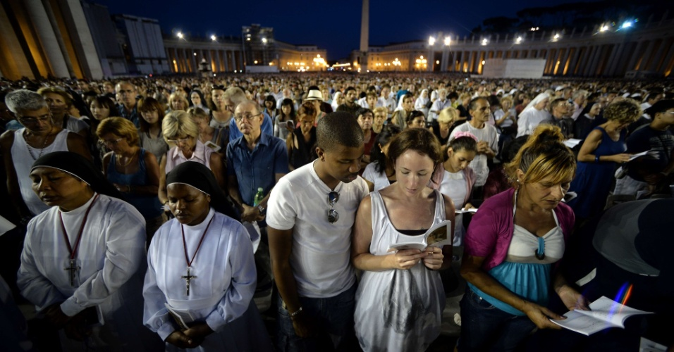 7.set.2013 - Multidão de pessoas rezam na praça São Pedro, no Vaticano. O papa Francisco convocou um dia mundial de jejum e oração neste sábado (7) para pedir paz na Síria, e para que não aconteça uma intervenção armada no país