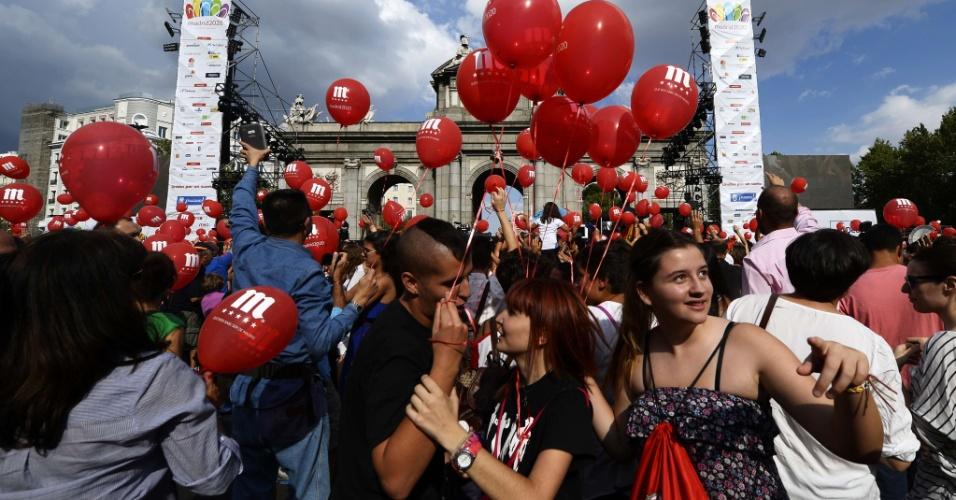 7.set.2013 - Multidão sai às ruas de Madri, Espanha, para demonstrar apoio a candidatura da cidade para sediar os Jogos Olímpicos de 2020