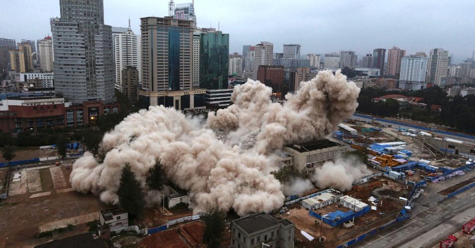 7.set.2013 - O Palácio Cultural dos Trabalhadores, em Kunming (província de Yunnan, na China), é demolido