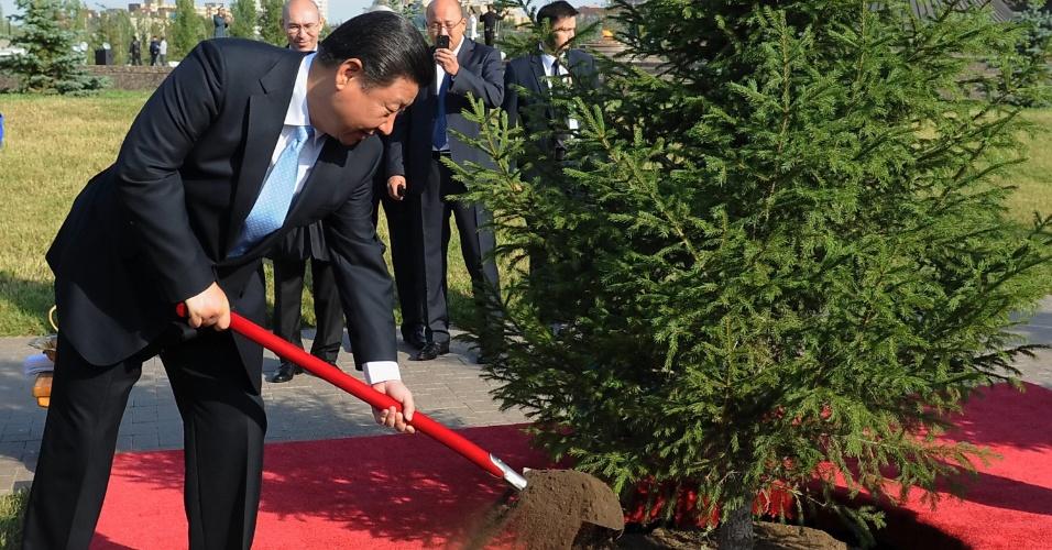 7.set.2013 - O presidente chinês, Xi Jinping, planta uma árvore em Astana, no Cazaquistão, neste sábado (7). O presidente está em visita oficial ao país