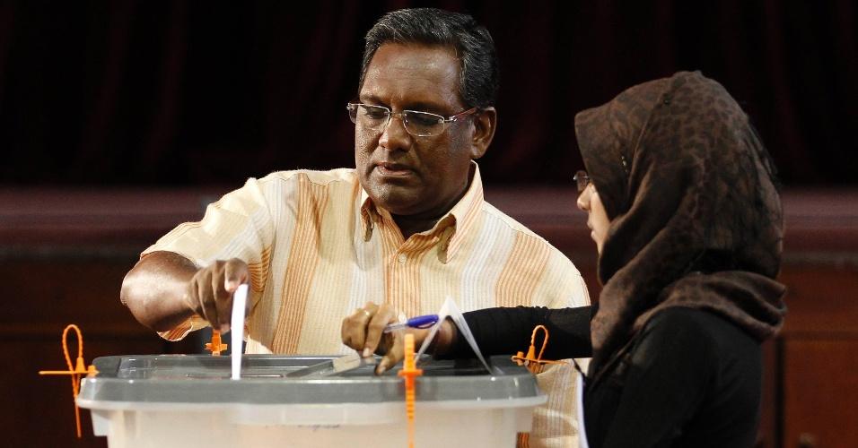 7.set.2013 - O presidente das Maldivas e candidato a reeleição, Mohamed Waheed Hassan Manik, lança voto em urna durante as eleições presidenciais, em Male