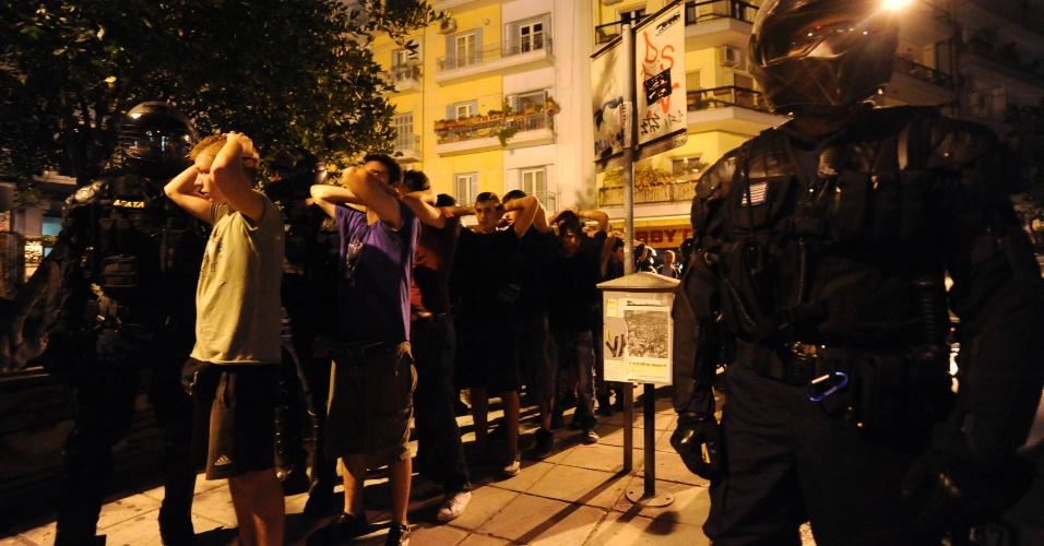 7.set.2013 - Polícia prende manifestantes após confrontos durante um protesto contra as medidas de austeridade, na cidade de Tessalônica, no norte da Grécia