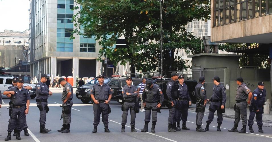 7.set.2013 - Policiais militares se concentram no Rio de Janeiro com o objetivo de evitar transtornos durante manifestação no desfile cívico de 7 de setembro, neste sábado (7)