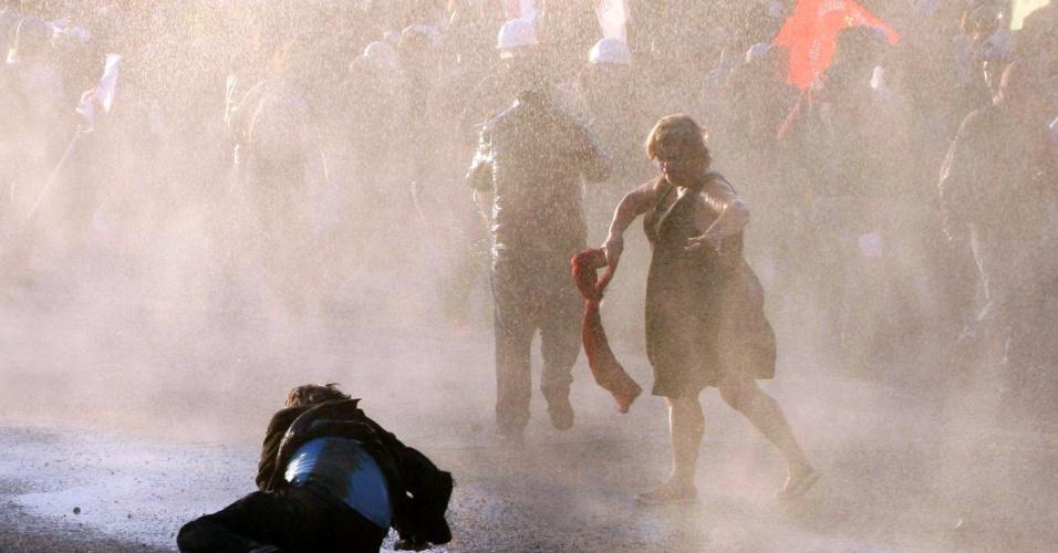 7.set.2013 - Policiais usam canhões de água e bombas de gás lacrimogêneo para dispersar manifestantes em Ancara, Turquia. O protesto era contra um projeto para construir uma estrada através de parte do campus da Universidade Técnica do Oriente Médio