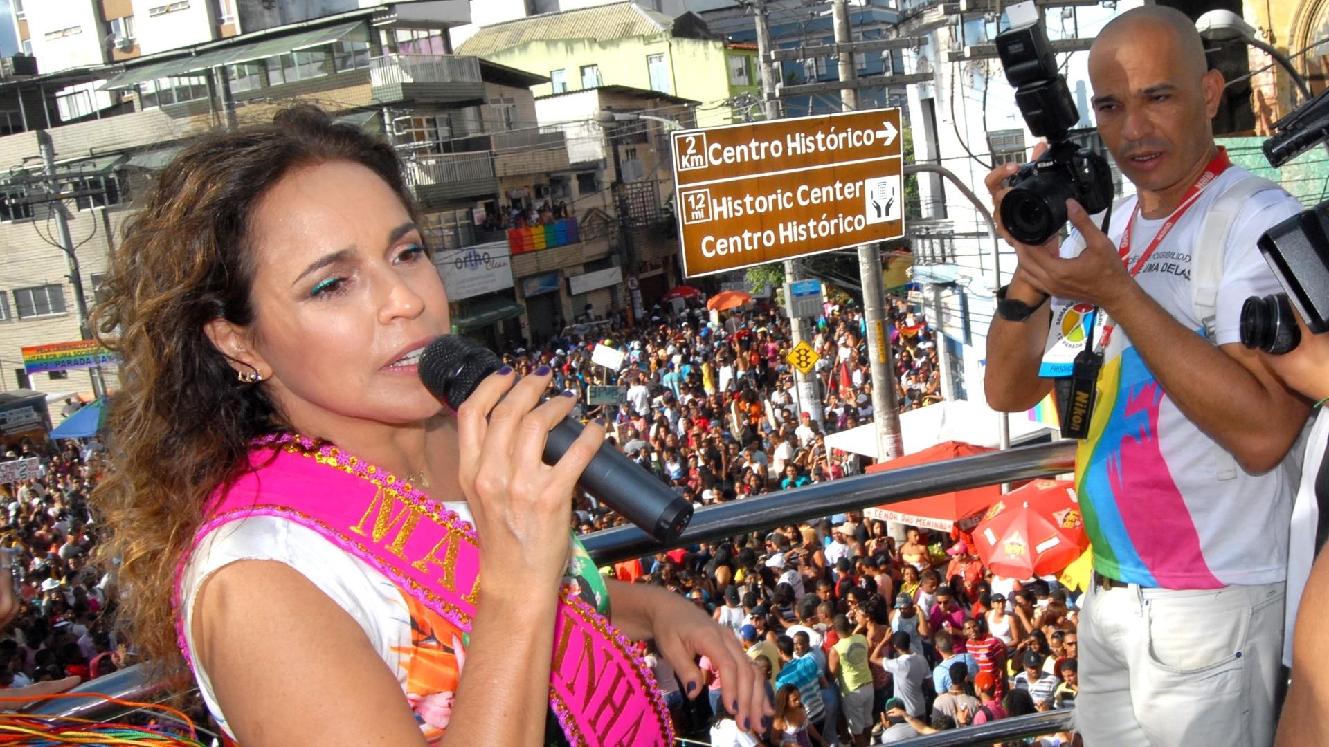 8.set.2013 - Cantora Daniela Mercury se apresentou, na tarde deste domingo (8), na Parada Gay no centro de Salvador. Daniela foi escolhida a rainha do evento deste ano