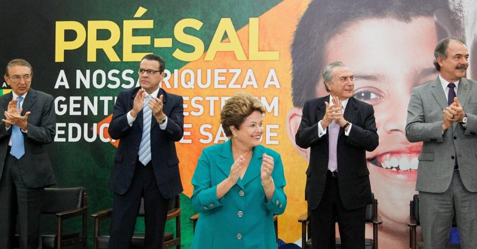 9.set.2013 - A presidente Dilma Rousseff sancionou nesta segunda-feira (9), em Brasília, uma lei que destina para saúde e educação os fundos obtidos com os royalties da extração do petróleo. Na cerimônia, ela foi acompanhada pela vice-presidente Michel Temer (segundo da direita para a esquerda) e por ministros